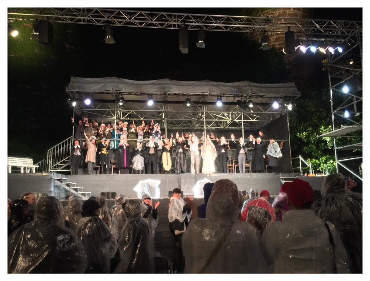 Jekyll und Hyde auf der Bühne im Schlosshof von Schloss Zwingenberg