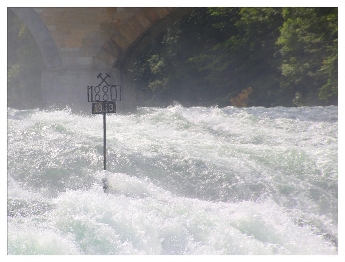 Der Rheinfall bei Schaffhausen konnte 1963 und 1880 trockenen Fußes überquert werden.