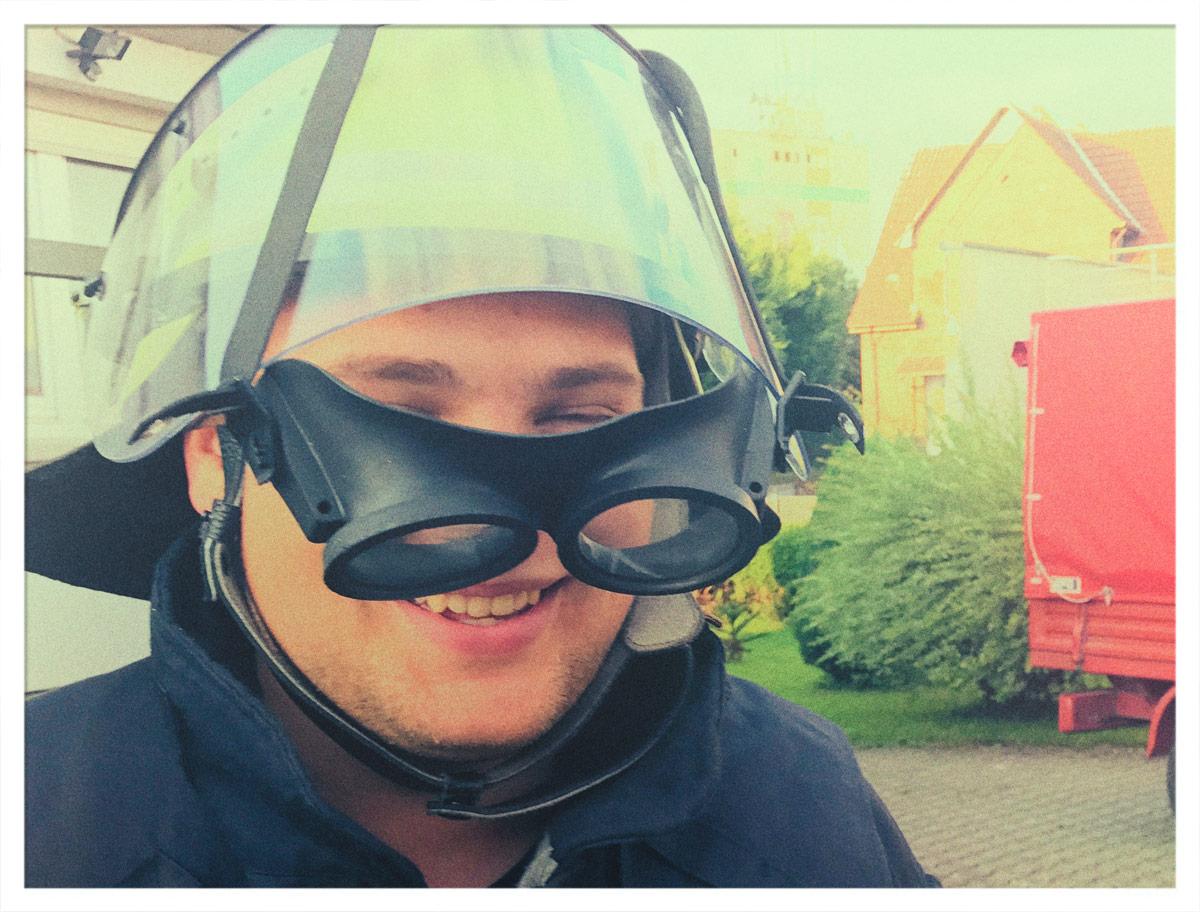 Feuerwehrmann mit Helm und Schutzbrille auf dem Visier