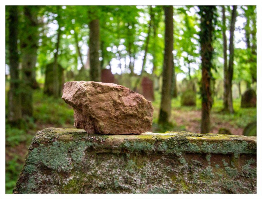 Statt Blumen - Gedenkstein auf einem jüdischen Grabstein auf dem Jüdischen Friedhof in Bödigheim.